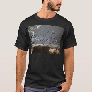 Fliegenkräne auf einem See T-Shirt