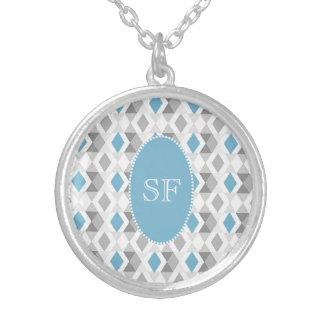 Flippiges blaues Grau-Diamant-Monogramm Versilberte Kette