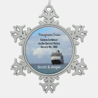 Flitterwochen des Kreuzfahrt-Schiffs-| Schneeflocken Zinn-Ornament
