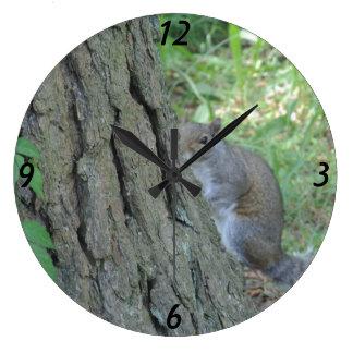 Flüchtiger Blick ein Boo-Eichhörnchen - Große Wanduhr