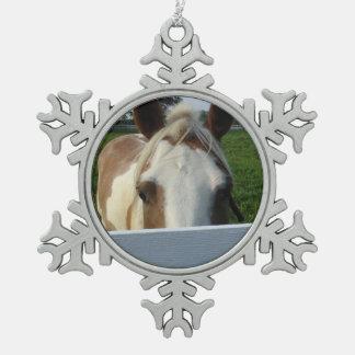 Flüchtiger Blick ein Boopalomino-Pferd hinter Zaun Schneeflocken Zinn-Ornament