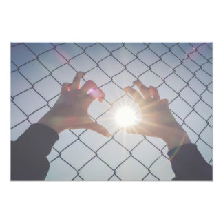 Flüchtlingshände auf Zaun Fotodruck
