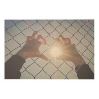Flüchtlingshände auf Zaun Holzwanddeko