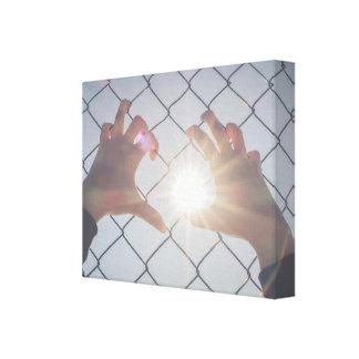 Flüchtlingshände auf Zaun Leinwanddruck