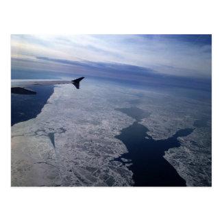 Flug über gefrorenem Wasser Postkarte