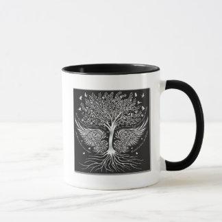 Flügel zum zu fliegen und Baum mit der Tasse