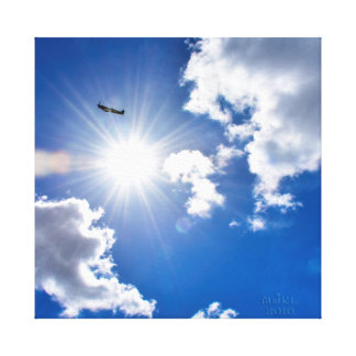 Flugzeugfliegen des Spitfire-WW2 hinter dem Sun. Leinwanddruck