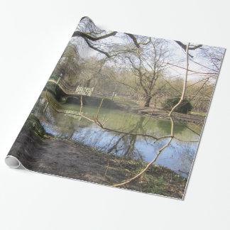 Fluss läuft tief geschenkpapier