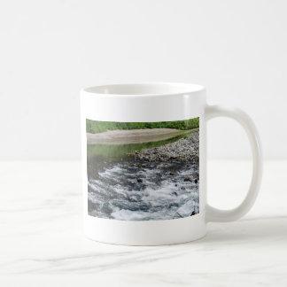 Fluss Rapids über Felsen Kaffeetasse
