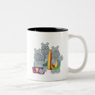 Flusspferde an den Strand-T-Shirts und den Tee Tassen