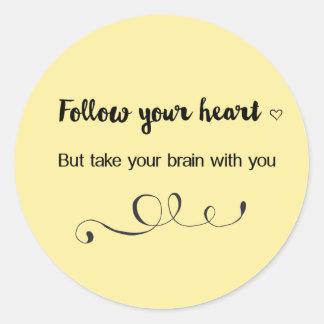 Folgen Sie Ihrem Herzen, aber nehmen Sie Ihr Runder Aufkleber