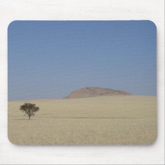 Foto eines einzigen Baums auf Grasebenen, in Mauspad