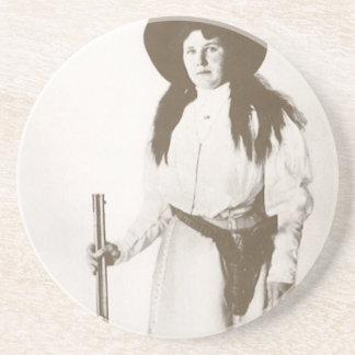 Foto-Porträt 1910 eines Cowgirls, das ein Gewehr Getränkeuntersetzer