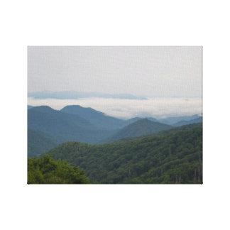 """Fotografie der großen rauchigen Berge """"Rauch """" Leinwanddruck"""