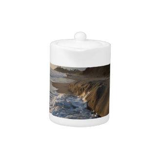 Fotografie der Wellen, die den Sand schlagen