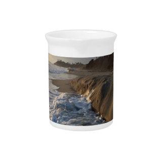 Fotografie der Wellen, die den Sand schlagen Krug