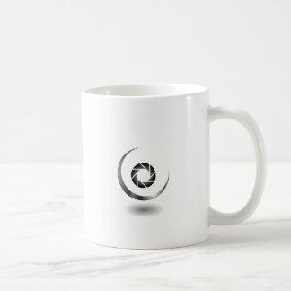 Fotografiefensterladen mit einem sichelförmigen kaffeetasse