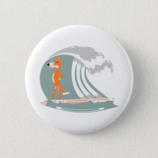 Fox stehend auf einem Surfbrett Runder Button 5,1 Cm