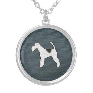Foxterrier-Hund auf grauem Blau Versilberte Kette