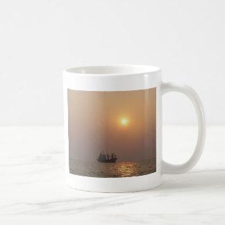 Frachtschiff unter einem dunstigen Sun Kaffeetasse