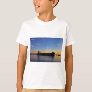 Frachtschiff, welches das Swale verlässt T-Shirt