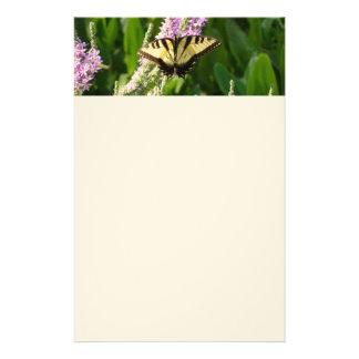 Frack-Schmetterling auf lila Wildblumen Briefpapier