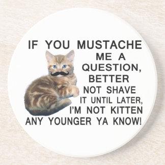 Fragen Sie dem Kätzchen mit einem Schnurrbart eine Untersetzer