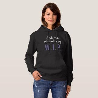 Fragen Sie mich über mein W.I.P. (lila auf Hoodie