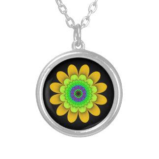 Fraktal-gelbe Blumen-Power-Halskette auf Schwarzem Versilberte Kette