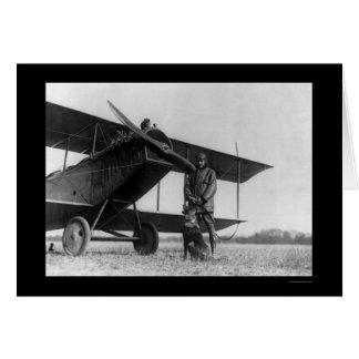 Frank Stanton mit einer Katze auf seinem Flugzeug