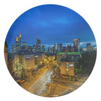 Frankfurt-Skyline an der Dämmerung Teller