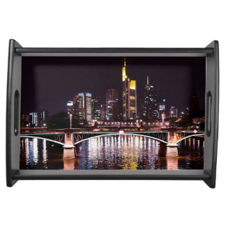 Frankfurt-Stadtbild nachts Serviertablett