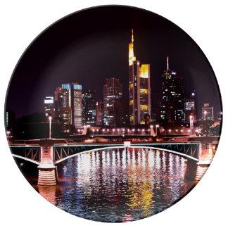 Frankfurt-Stadtbild nachts Teller