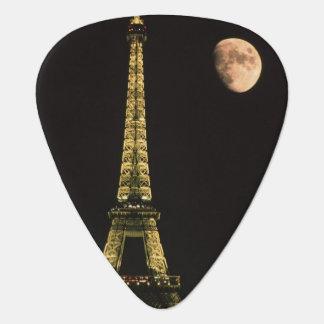 Frankreich, Paris. Eiffelturm nachts mit Plektrum