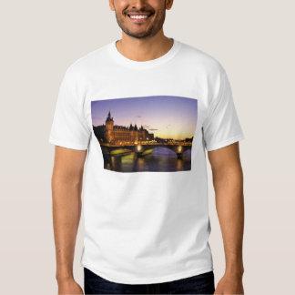 Frankreich, Paris, Fluss die Seine und T-shirt