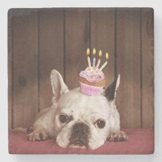 Französische Bulldogge mit Geburtstags-kleinem Steinuntersetzer