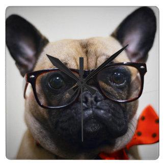 Französische Bulldogge mit Gläsern und Quadratische Wanduhr