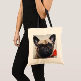 Französische Bulldogge mit Gläsern und Tragetasche