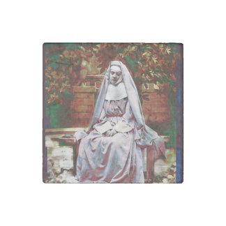 Französische Nonne im Garten der Betrachtung Steinmagnet