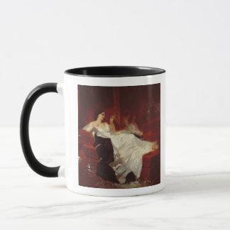 Frau auf einem roten Sofa Tasse