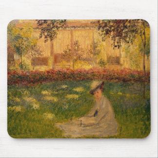 Frau Claude Monets | in einem Garten, 1876 Mousepad