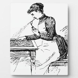 Frau, die alte Spritzpistole verwendet Fotoplatte
