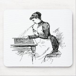 Frau, die alte Spritzpistole verwendet Mousepad