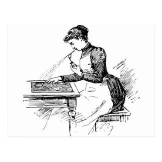 Frau, die alte Spritzpistole verwendet Postkarte