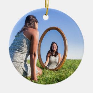 Frau, die auf dem Gras betrachtet Spiegelbild knit Rundes Keramik Ornament