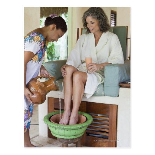 Frau, die ein footbath an einem Wellness-Center in Postkarten