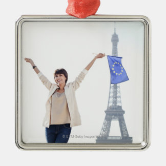 Frau, die eine europäische Gewerkschaftsflagge Quadratisches Silberfarbenes Ornament