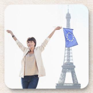 Frau, die eine europäische Gewerkschaftsflagge Untersetzer