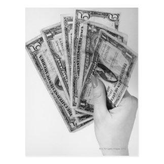 Frau, die Geld hält Postkarte