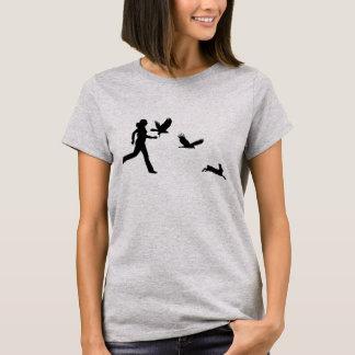 Frau, die Harris-Falken fliegt T-Shirt